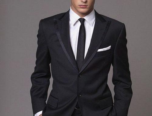 Узкий черный галстук с пиджаком